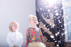 Śliczni blondynek dzieci w białym studiu zdjęcie royalty free