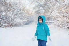 Śliczni chłopiec stojaki w zima lesie Fotografia Royalty Free