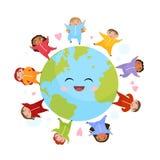Śliczni dzieci różne narodowości na kuli ziemskiej ilustracja wektor