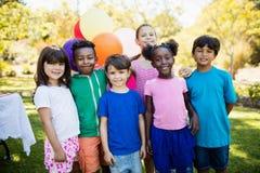 Śliczni dzieci stoi i pozuje podczas przyjęcia urodzinowego Fotografia Stock