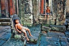 śliczni dzieciaki bawić się przy wewnętrznym jardem jeden świątynia z rzeźbić kamiennymi ścianami zdjęcia royalty free