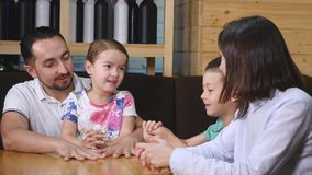 Śliczni dzieciaki chłopiec i dziewczyny sztuka wpólnie siedzi przy kawiarnia stołem zbiory