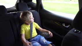 Śliczni dzieciaki iść w samochodzie zbiory