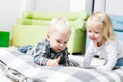 Śliczni dzieciaki przeglądają książkę obrazy stock