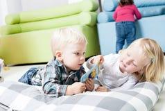 Śliczni dzieciaki przeglądają książkę zdjęcie royalty free