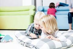 Śliczni dzieciaki przeglądają książkę obraz stock