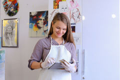 Śliczni dziewczyna chwyty I Use pastylka Artysta Europejski pojawienie wewnątrz Zdjęcia Royalty Free