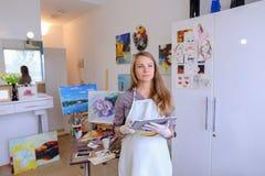 Śliczni dziewczyna chwyty I Use pastylka Artysta Europejski pojawienie wewnątrz Obraz Stock