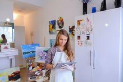 Śliczni dziewczyna chwyty I Use pastylka Artysta Europejski pojawienie wewnątrz Obraz Royalty Free