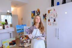Śliczni dziewczyna chwyty I Use pastylka Artysta Europejski pojawienie wewnątrz Obrazy Stock