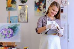 Śliczni dziewczyna chwyty I Use pastylka Artysta Europejski pojawienie wewnątrz Obrazy Royalty Free