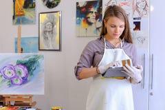 Śliczni dziewczyna chwyty I Use pastylka Artysta Europejski pojawienie wewnątrz Zdjęcia Stock