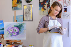Śliczni dziewczyna chwyty I Use pastylka Artysta Europejski pojawienie wewnątrz Fotografia Stock