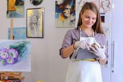 Śliczni dziewczyna chwyty I Use pastylka Artysta Europejski pojawienie wewnątrz Zdjęcie Royalty Free