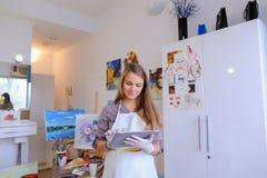 Śliczni dziewczyna chwyty I Use pastylka Artysta Europejski pojawienie wewnątrz Zdjęcie Stock