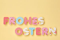 Śliczni listy na kolorze żółtym - niemiec: Frohes Ostern: Szczęśliwa wielkanoc, wi Zdjęcie Royalty Free