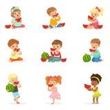 Śliczni małe dzieci je arbuza Zdrowy łasowanie, przekąska dla dzieci Kreskówek szczegółowe kolorowe ilustracje ilustracji
