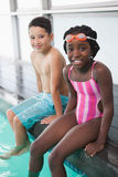 Śliczni małe dzieci siedzi poolside Zdjęcie Royalty Free