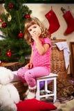 Śliczni małej dziewczynki łasowania i obsiadania ciastka Zdjęcia Royalty Free
