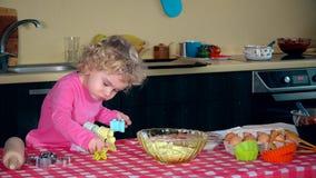 Śliczni małej dziewczynki narządzania ciastka na kuchni Dzieci gotuje pojęcie zbiory wideo