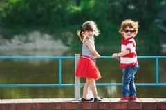 Śliczni mali przytuleń dzieci na deptaku fotografia royalty free