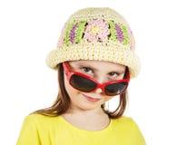 Śliczni mody małej dziewczynki spojrzenia out spod okularów przeciwsłonecznych Zdjęcia Royalty Free