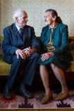 Śliczni 80 plus roczniak para małżeńska pozuje dla portreta w ich domu Miłości na zawsze pojęcie Obraz Stock
