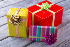 Śliczni prezentów pudełka na drewnianym tle obraz stock