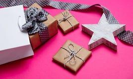 Śliczni prezenty, grają główna rolę kształtną zabawkę, torba na zakupy i czarnego kropkowanego ribbo, Fotografia Royalty Free