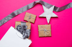Śliczni prezenty, grają główna rolę kształtną zabawkę, torba na zakupy i czarnego kropkowanego ribbo, Obraz Stock