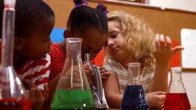 Śliczni ucznie w sala lekcyjnej robi chemii zbiory wideo