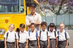 Śliczni ucznie z ich autobusu szkolnego kierowcą Fotografia Royalty Free