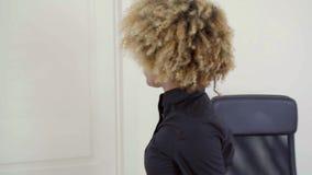 Śliczny ładny młody bizneswoman w jej biurze zbiory wideo