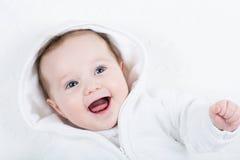 Śliczny śmieszny dziecko w białej trykotowej kurtce zdjęcia stock