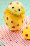 Śliczny żółty Easter kurczątko, Easter jajko w polek kropkach na czerwonej pielusze Zdjęcia Royalty Free