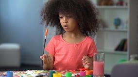 Śliczny afrykański dziewczyna obraz przy warsztatem, czas wolny aktywnością i sztuką, preschool klub zdjęcie royalty free