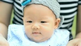 Śliczny Azjatycki dziecka obsiadanie, bawić się i zbiory