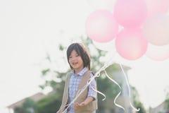 Śliczny Azjatycki dziecko z dużo szybko się zwiększać bawić się w parku pod su Obrazy Royalty Free