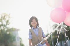 Śliczny Azjatycki dziecko z dużo szybko się zwiększać bawić się w parku pod su Obraz Stock