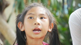 Śliczny Azjatycki dziewczyna śpiew w parku plenerowym zbiory