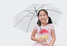 Śliczny Azjatycki dziewczyna chwyta i ono uśmiecha się parasol zdjęcie royalty free