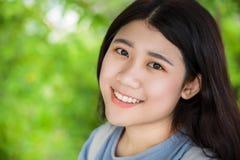 Śliczny Azjatycki zdrowy tłuściuchny nastoletni dziewczyna uśmiech z pięknym z kopii przestrzenią obraz royalty free