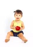 Śliczny azjatykci dziecko z czerwonym jabłkiem Fotografia Royalty Free
