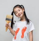 Śliczny azjatykci dziewczyny mienia farby muśnięcie obrazy royalty free
