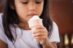 Śliczny azjatykci małej dziewczynki ręki mienia lody rożek Zdjęcie Stock