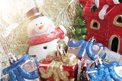 Śliczny bałwan, boże narodzenie prezentów pudełko, teraźniejszość lub Święty Mikołaj dom na złocistym tle, streamer lub świecideł Obraz Royalty Free