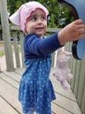 Śliczny berbeć z różowym kapeluszem i błękit ubieramy Fotografia Royalty Free