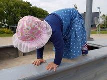 Śliczny berbeć z różowym kapeluszem i błękit ubieramy Zdjęcia Stock