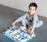 Śliczny berbecia dziecko bawić się z ruchliwie deską w domu Obrazy Stock