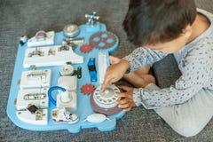 Śliczny berbecia dziecko bawić się z ruchliwie deską w domu Obraz Royalty Free